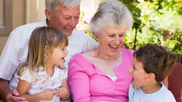 Baka i djed sa unucima