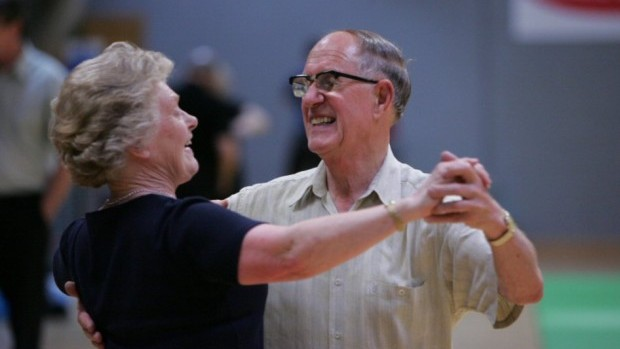 baka i djed plešu