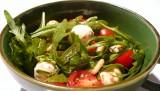 Rucola mit Tomaten, Mozzarella und Pinienkernen 1