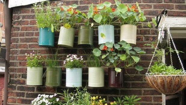 garden - gardening - garden ideas - painted garden pots cans - hanging garden pots cans -  via pinterest