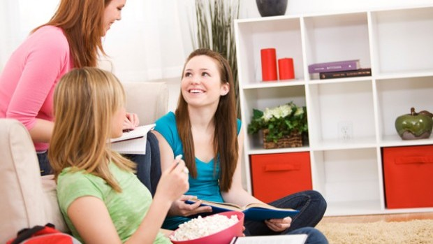 teen-friends-hanging-out-in-living-room
