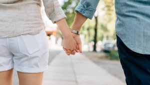 holding-hands-1149411_640